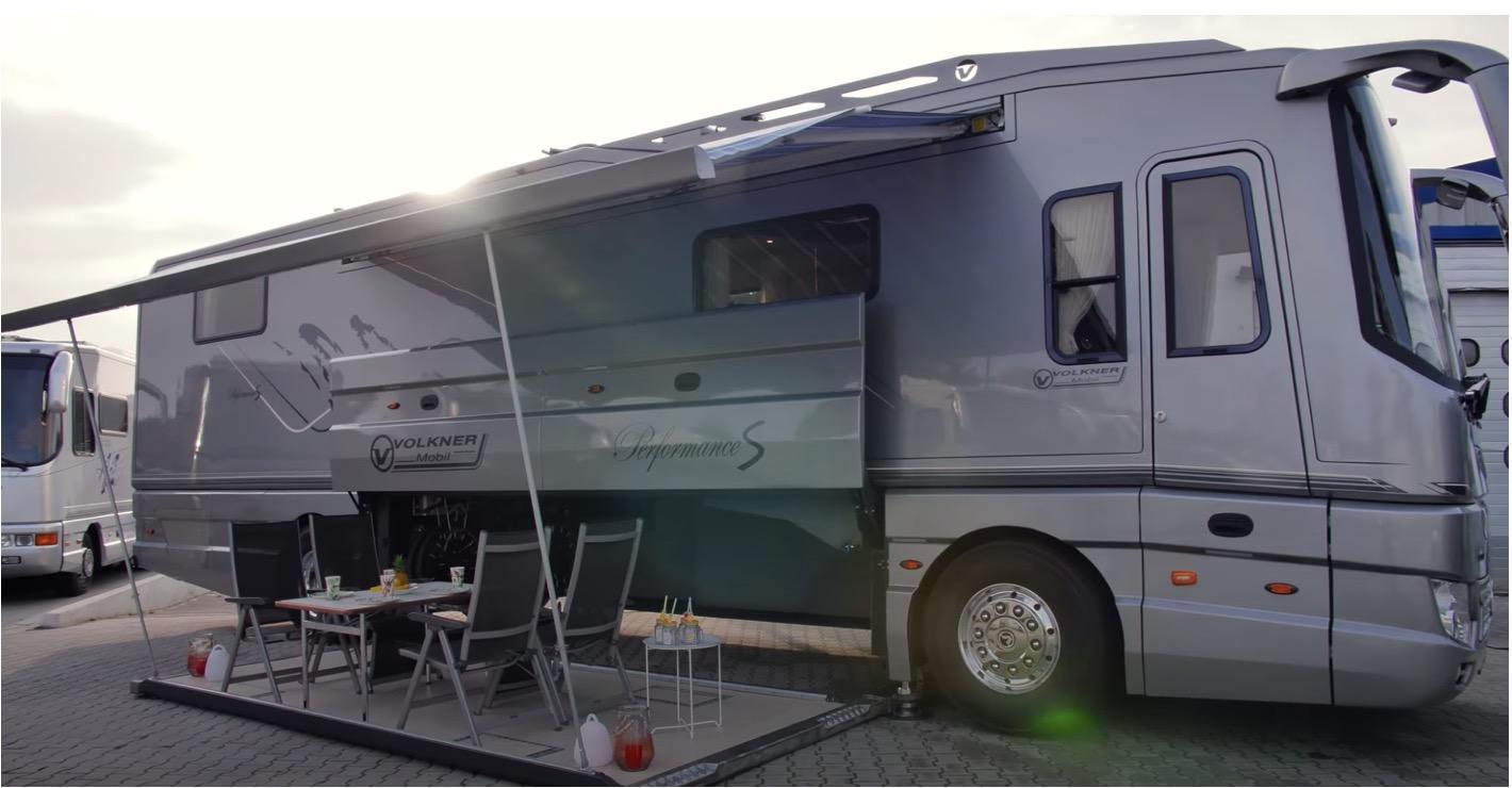 Deze camper van 1.4 miljoen heeft zelfs een eigen garage aan boord